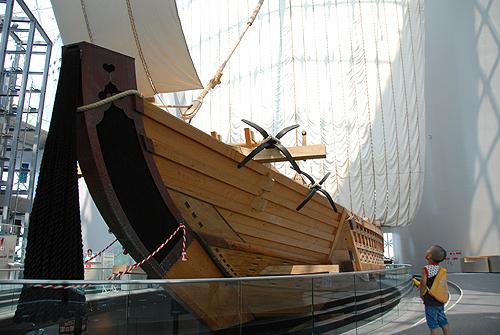 復元された菱垣廻船「浪華丸」 中学生以下200円)。 復元された菱垣廻船「浪華丸」 菱垣廻船とは